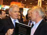 Claude de Saint-Vincent remet un album au Premier Ministre sur le stand Dargaud. Photo JLT ®
