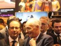 François Hollande sous l'œil protecteur des super-héros avec Claude de Saint Vincent sur stand Média Participations. JLT ®